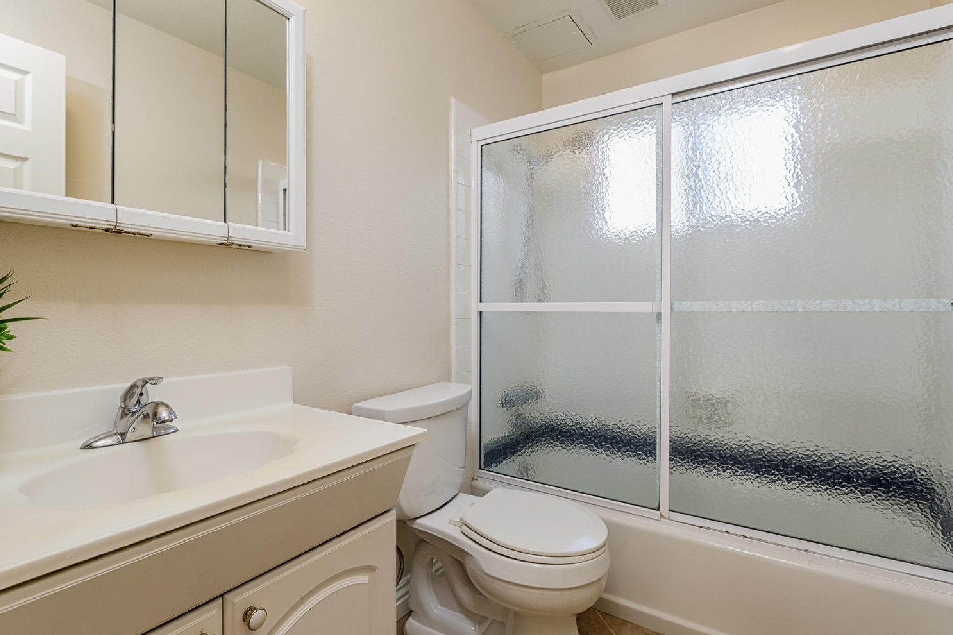 http://www.addressrealestate.com/media/images/blogs/38/2/b_14-1408-ocean-dr-oxnard-ca-93035-mls-size-019-28-bathroom-2-1500x1000-72dpi.jpg