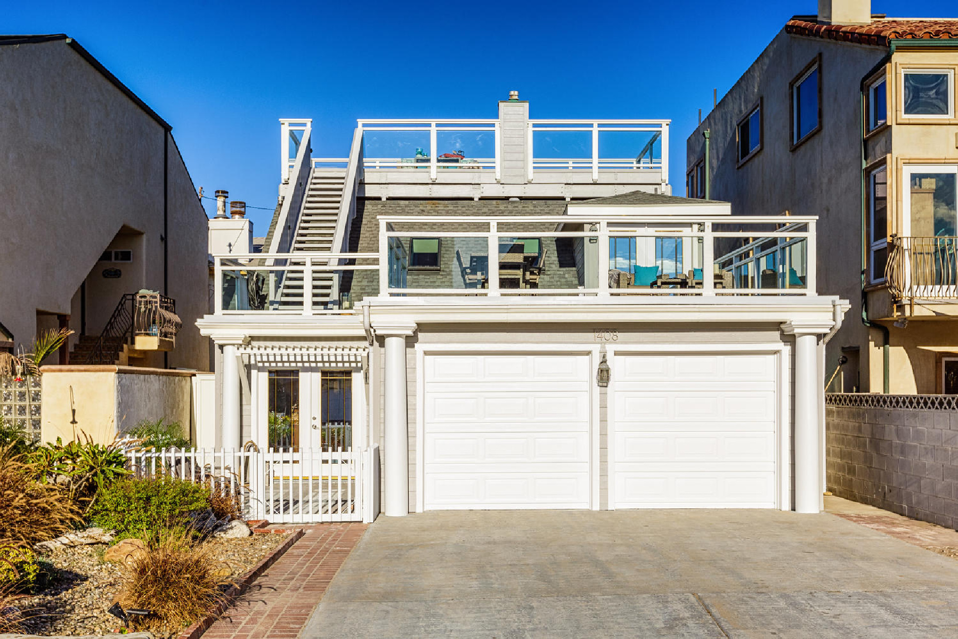 http://www.addressrealestate.com/media/images/blogs/38/2/b_28-1408-ocean-dr-oxnard-ca-93035-mls-size-025-24-front-of-home-1500x1000-72dpi.jpg
