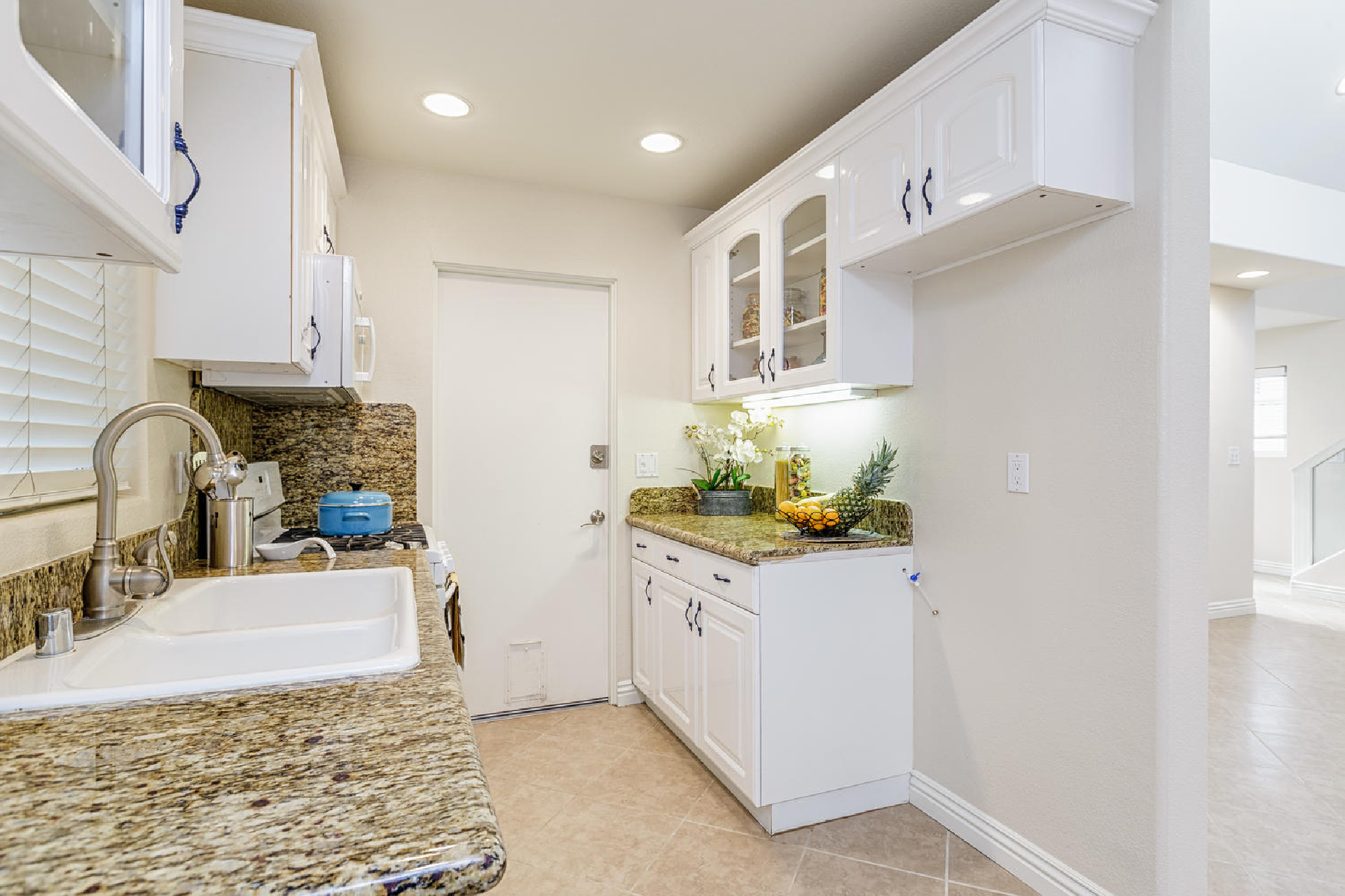 http://www.addressrealestate.com/media/images/blogs/38/2/b_6-1408-ocean-dr-oxnard-ca-93035-mls-size-006-18-kitchen-1500x1000-72dpi.jpg