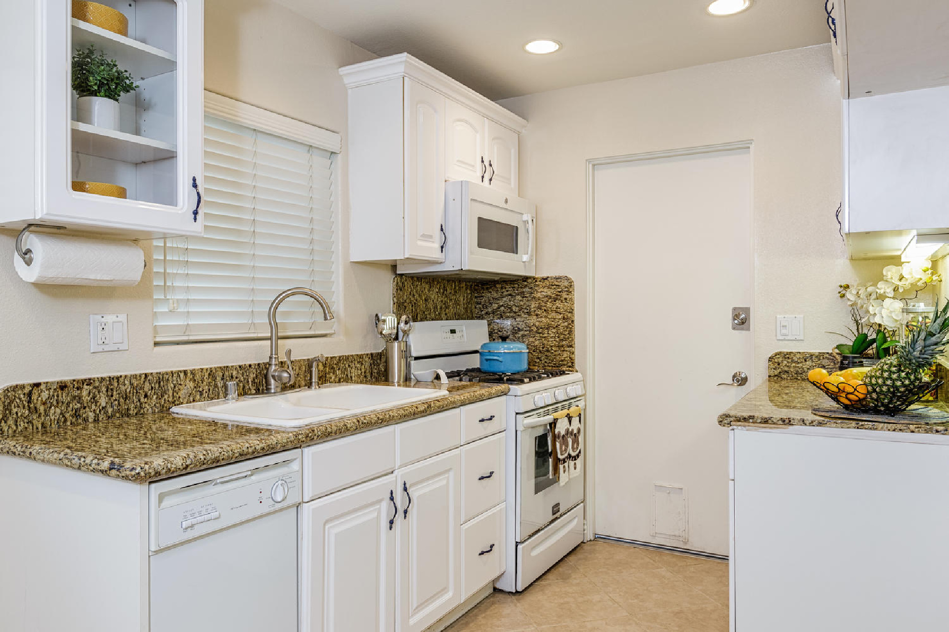 http://www.addressrealestate.com/media/images/blogs/38/2/b_7-1408-ocean-dr-oxnard-ca-93035-mls-size-005-9-kitchen-1500x1000-72dpi.jpg